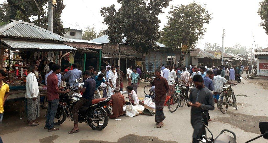 সামাজিক দূরত্ব কার্যকর হচ্ছে না লালমনিরহাটের বিভিন্ন হাট বাজারে